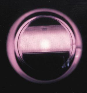 Vue d'un plasma d'Argon à travers le hublot du réacteur